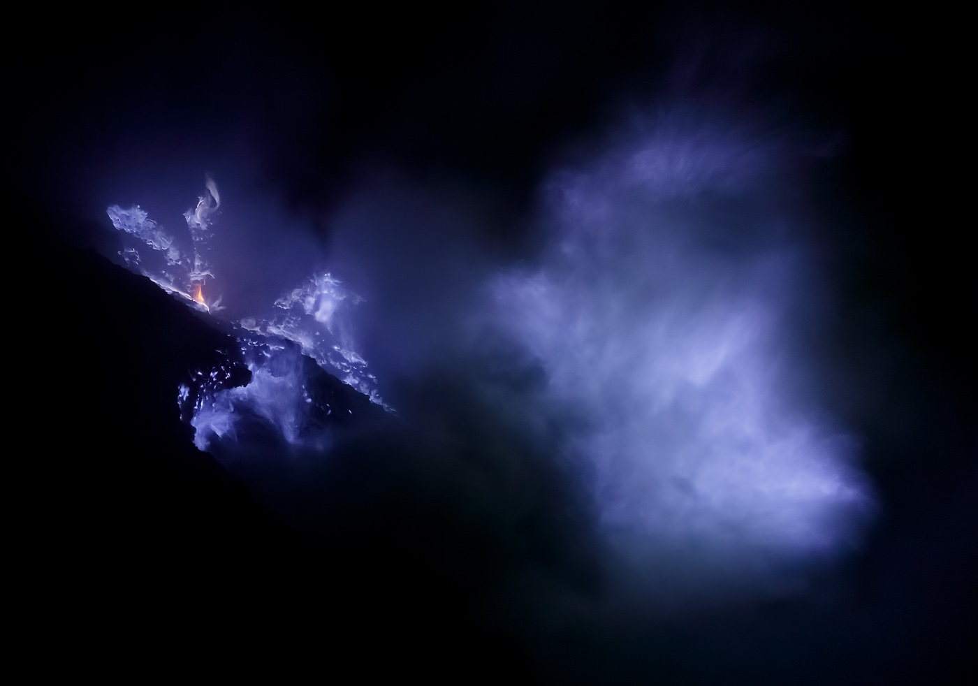Thick smoke covers part of the fire, resulting in an interesting shot. Negative space is an important tool in images like this one – the darkness surrounding the purple fire conveys the atmosphere around the vent: a mysterious and sometimes frightening place where noxious smoke can engulf you before you know it.