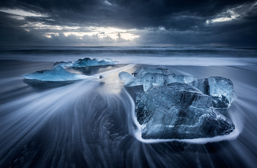 The ultra-photographed Breidamerkursandur beach always supplies new shapes of ice. It can change completely for one day to the next, allowing for amazing variety.