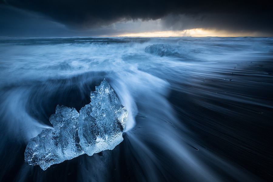 The volcanic, pitch black iceberg beach at Jökulsárlón offers astonishing dynamics, allowing to capture mesmerizing motion in our shots