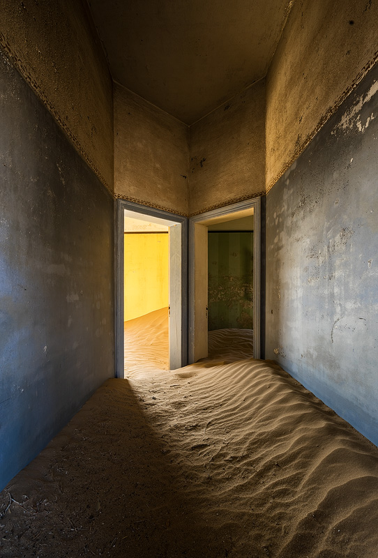 Eerie symmetry and colors in Kolmanskop